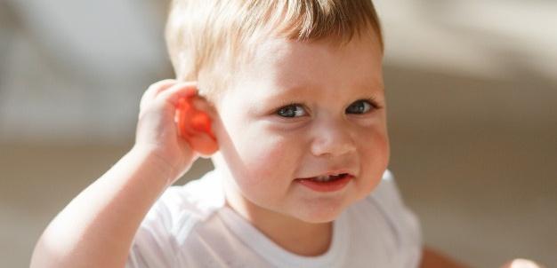 Capa de Crianças com perda auditiva e cuidados no dia a dia