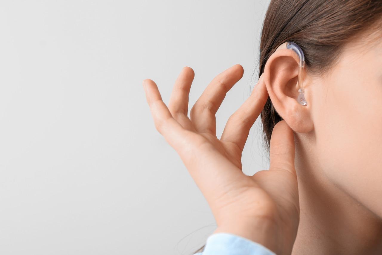 Capa do post Aparelho auditivo: devo usar um ou dois?